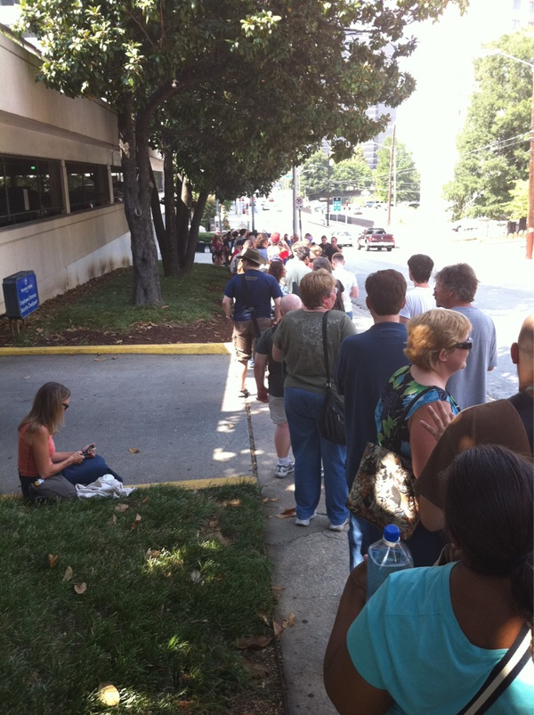 Dragon*Con 2010 Thursday Line (photo by twitpic user tarrkid)